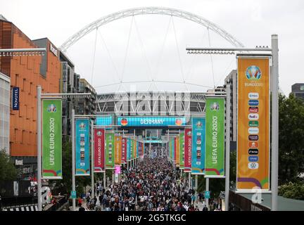 Londra, Regno Unito. 29 Giugno 2021. I fan camminano lungo Wembley Way dopo la partita Inghilterra/Germania UEFA EURO 2020 Group of 16 al Wembley Stadium, Londra, Regno Unito, il 29 giugno 2020. Credit: Paul Marriott/Alamy Live News