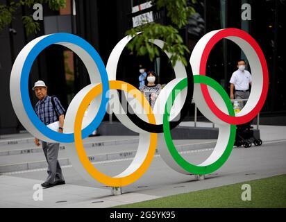 Kohei Jinno, 87 anni, costretto a lasciare la sua casa due volte prima dei Giochi Olimpici del 1964 e del 2020 per far posto alla costruzione dello stadio principale, cammina accanto al monumento degli anelli Olimpici fuori dal Museo Olimpico del Giappone vicino allo Stadio Nazionale, Lo stadio principale per i Giochi Olimpici di Tokyo del 2020 che sono stati rinviati al 2021 a causa della pandemia della malattia del coronavirus (COVID-19), a Tokyo, Giappone, 24 giugno 2021. Foto scattata il 24 giugno 2021. REUTERS/Issei Kato