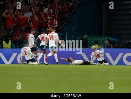 Londra, Gran Bretagna. 7 luglio 2021. Harry Kane (2° R) in Inghilterra festeggia il punteggio durante la semifinale tra Inghilterra e Danimarca alla UEFA EURO 2020 di Londra, Gran Bretagna, il 7 luglio 2021. Credit: Han Yan/Xinhua/Alamy Live News