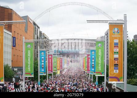 Tifosi inglesi lungo Wembley Way prima della finale UEFA Euro 2020 al Wembley Stadium di Londra. Data immagine: Domenica 11 luglio 2021.