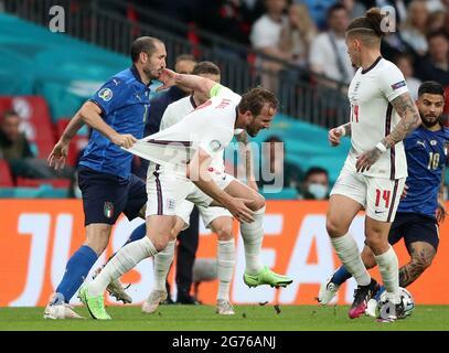 Giorgio Chiellini (a sinistra) in Italia tira indietro Harry Kane in Inghilterra durante la finale UEFA Euro 2020 al Wembley Stadium di Londra. Data immagine: Domenica 11 luglio 2021.