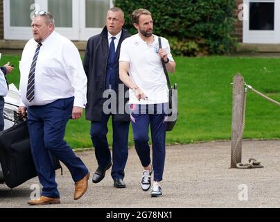 Il direttore inglese Gareth Southgate lascia il Grove Hotel, Hertfordshire. Data immagine: Lunedì 12 luglio 2021.