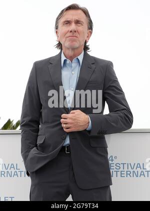 (210712) -- CANNES, 12 luglio 2021 (Xinhua) -- l'attore Tim Roth si pone durante la fotocellula per il film 'Bergman Island' al 74a edizione del Festival del Cinema di Cannes, a Cannes, Francia, 12 luglio 2021. (Ningbo)