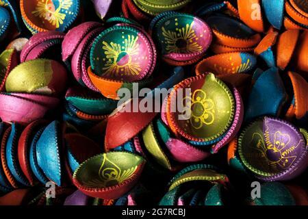 Tradizionale Diwali colorato diya o lampada di argilla in vendita a Pune, mercato indiano nel festival di Diwali.