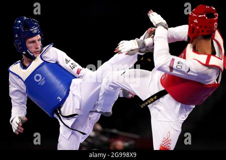 Brently Sinden (a destra) della Gran Bretagna in azione contro Shuai Zhao della Cina nella Semifinale maschile di 68kg alla Makuhari Messe Hall A il secondo giorno dei Giochi Olimpici di Tokyo 2020 in Giappone. Data immagine: Domenica 25 luglio 2021.
