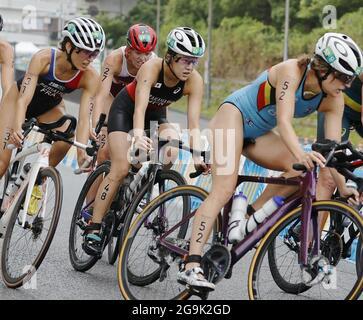 Tokyo, Giappone. 27 luglio 2021. I triatleti gareggiano nella moto del triathlon individuale femminile alle Olimpiadi di Tokyo il 27 luglio 2021. (Kyodo)==Kyodo Photo via Credit: Newscom/Alamy Live News