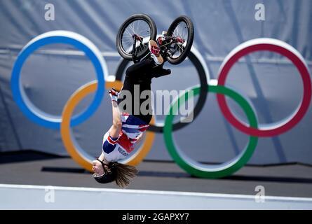 Charlotte Worthington della Gran Bretagna sulla strada per vincere una medaglia d'oro nel freestyle femminile BMX all'Ariake Urban Sports Park il nono giorno dei Giochi Olimpici di Tokyo 2020 in Giappone. Data immagine: Domenica 1 agosto 2021.