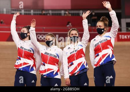 Tokyo 2020 Olympics - Ciclismo - pista - Pursuit - cerimonia della Medaglia - Izu Velodrome, Shizuoka, Giappone - 3 agosto 2021. I medalisti d'argento del Team Gran Bretagna festeggiano sul podio REUTERS/Kacper Pempel