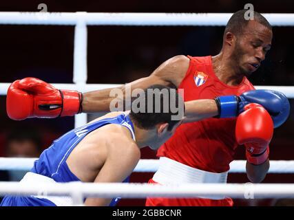 Tokyo, Giappone. 3 agosto 2021. Lazaro Alvarez (R) di Cuba e Albert Batyrgaziev di ROC combattono nel pugilato semifinale dei loro uomini (52 kg) ai Giochi Olimpici estivi del 2020, all'Arena di Kokugikan. Credit: Valery Sharifulin/TASS/Alamy Live News