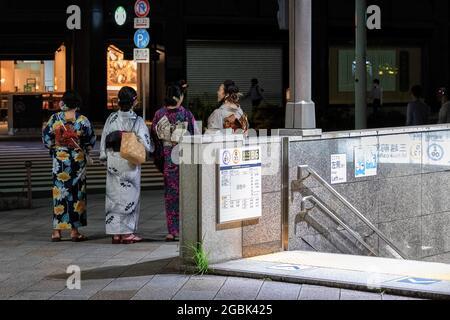 Tokyo, Giappone. 29 luglio 2021. Signore giapponesi visto vestito in estate Yukata nel distretto di Nihombashi. Credit: SOPA Images Limited/Alamy Live News