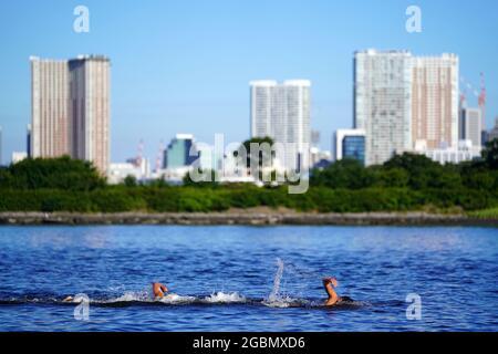 Nuotatori durante la gara di nuoto della Maratona maschile di 10 km al Parco Marino di Odaiba il tredicesimo giorno dei Giochi Olimpici di Tokyo 2020 in Giappone. Data immagine: Giovedì 5 agosto 2021.