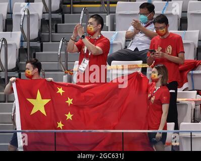 Tokyo, Giappone. 7 agosto 2021. I fan partecipano alla finale maschile della piattaforma da 10 m durante l'evento di immersione ai Giochi Olimpici estivi del 2020, presso il Tokyo Aquatics Center. Credit: Valery Sharifulin/TASS/Alamy Live News