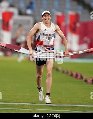 Joseph Choong della Gran Bretagna celebra una medaglia d'oro dopo la vittoria nella finale del Pentathlon moderno, individuale degli uomini - laser Run allo stadio di Tokyo il quindicesimo giorno dei Giochi Olimpici di Tokyo 2020 in Giappone. Data immagine: Sabato 7 agosto 2021.