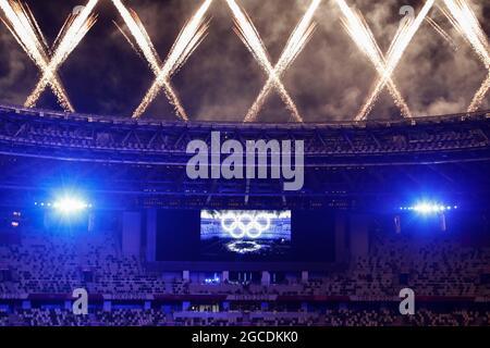 Tokyo, Giappone. 8 agosto 2021. I fuochi d'artificio esplodono sullo Stadio Olimpico durante la cerimonia di chiusura dei Giochi Olimpici di Tokyo 2020. (Immagine di credito: © Rodrigo Reyes Marin/ZUMA Press Wire)