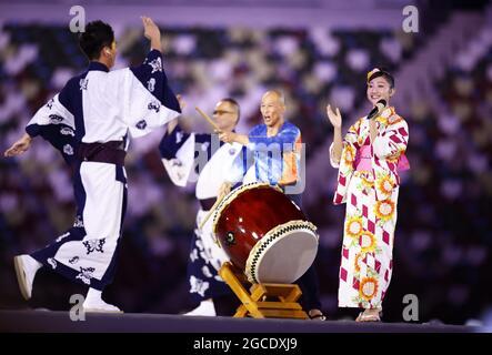 Tokyo, Giappone. 8 agosto 2021. Gli artisti prendono parte alla cerimonia di chiusura delle Olimpiadi di Tokyo l'8 agosto 2021, presso lo Stadio Nazionale. (Kyodo)==Kyodo Photo via Credit: Newscom/Alamy Live News