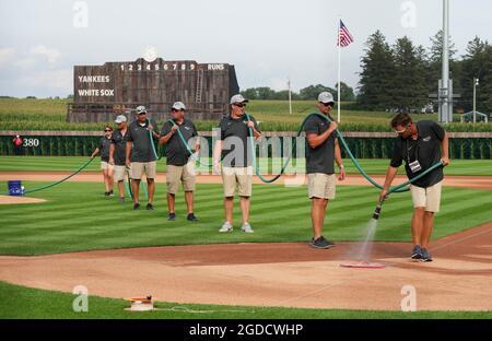 Dyersville, Stati Uniti. 12 agosto 2021. I membri dell'equipaggio di terra si preparano per il gioco MLB Field of Dreams a Dyersville, Iowa, giovedì 12 agosto 2021. Photo by Pat Benic/UPI Credit: UPI/Alamy Live News