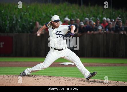 Dyersville, Stati Uniti. 12 agosto 2021. Chicago White Sox rilievo lanciatore Craig Kimbrel consegna al New York Yankees durante l'ottavo inning del MLB Field of Dreams Game a Dyersville, Iowa, giovedì 12 agosto 2021. Photo by Pat Benic/UPI Credit: UPI/Alamy Live News