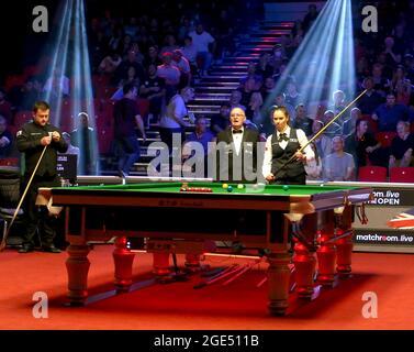 16 agosto 2021; Morningside Arena, Leicester, Inghilterra; British Open Snooker Championship; Mark Allan e Reanne Evans iniziano la loro partita senza scuotere le mani