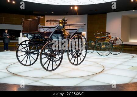 Un paio delle prime carrozze senza cavalli, automobili. Al Museo Mercedes-Benz di Stoccarda, Germania.