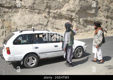 Kabul, Afghanistan. 20 ago 2021. I membri dei talebani afghani sono visti a un controllo di sicurezza a Kabul, Afghanistan, 20 agosto 2021. Credit: Saifurahman Safi/Xinhua/Alamy Live News