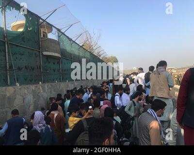 Kabul, Afghanistan. 22 agosto 2021. Gli afghani si riuniscono vicino ad una porta dell'aeroporto di Kabul, Afghanistan, 22 agosto 2021. Sette civili afghani sono stati uccisi in mezzo al caos vicino all'aeroporto di Kabul mentre la gente ha inghiottito la zona nella speranza di salire a bordo di un volo di evacuazione dopo l'acquisizione dei talebani dell'Afghanistan, ha detto domenica il Ministero della Difesa britannico. Credit: Rahmatullah Alizadah/Xinhua/Alamy Live News