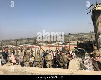 Kabul, Afghanistan. 22 agosto 2021. Gli afghani entrano nell'aeroporto di Kabul, Afghanistan, 22 agosto 2021. Sette civili afghani sono stati uccisi in mezzo al caos vicino all'aeroporto di Kabul mentre la gente ha inghiottito la zona nella speranza di salire a bordo di un volo di evacuazione dopo l'acquisizione dei talebani dell'Afghanistan, ha detto domenica il Ministero della Difesa britannico. Credit: Rahmatullah Alizadah/Xinhua/Alamy Live News