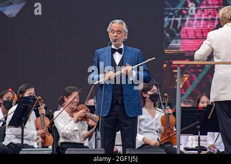 """NEW YORK, NY - 21 AGOSTO: Il tenore italiano Andrea Bocelli suona durante il """"We Love NYC: The Homecoming Concert"""" al Great Lawn in Central Park il 21 agosto 2021 a New York City."""