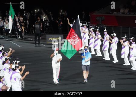 Tokyo, Giappone. 24 agosto 2021. Paralimpiadi: Cerimonia di apertura allo Stadio Olimpico. La bandiera dell'Afghanistan è presentata da volontari alle Paralimpiadi. Credit: Marcus Brandt/dpa/Alamy Live News