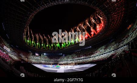 TOKYO, GIAPPONE. 24 agosto 2021. Lo spettacolo dei fuochi d'artificio durante la cerimonia di apertura dei Giochi Paralimpici di Tokyo del 2020 presso lo Stadio Olimpico di martedì 24 agosto 2021 a TOKYO, GIAPPONE. Credit: Taka G Wu/Alamy Live News