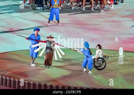 Tokyo, Giappone. 24 agosto 2021. Gli artisti si esibiscono durante la cerimonia di apertura dei Giochi Paralimpici di Tokyo 2020 a Tokyo, Giappone, 24 agosto 2021. Credit: Zhang Cheng/Xinhua/Alamy Live News