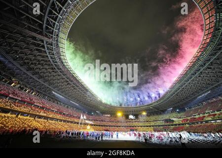 Tokyo, Giappone, 24 agosto 2021, i fuochi d'artificio sorvolano sullo Stadio Nazionale di Tokyo al termine della cerimonia di apertura delle Paralimpiadi di Tokyo il 24 agosto 2021. Credit: Newscom/Alamy Live News
