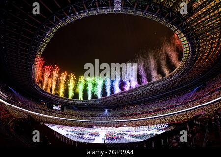 TOKYO, GIAPPONE. 24 agosto 2021. I fuochi d'artificio durante la cerimonia di apertura dei Giochi Paralimpici di Tokyo 2020 allo Stadio Olimpico martedì 24 agosto 2021 a TOKYO, GIAPPONE. Credit: Taka G Wu/Alamy Live News