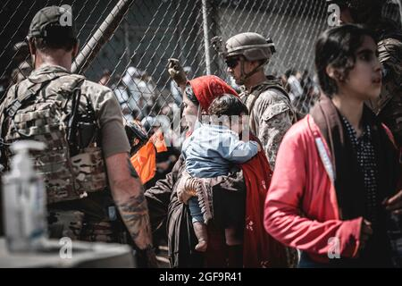 Kabul, Afghanistan. 22 agosto 2021. I rifugiati afghani attendono l'evacuazione all'aeroporto internazionale Hamid Karzai durante l'operazione Allies Refuge 22 agosto 2021 a Kabul, Afghanistan. Credit: Planetpix/Alamy Live News
