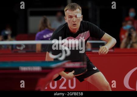 Tokyo, Giappone. 25 agosto 2021. KATS Lev di Ucraina restituisce la palla in Table Tennis Classe 9 Gruppo D partita al Tokyo 2020 Paralimpic Games. Credit: Arif Karim/Alamy Live News