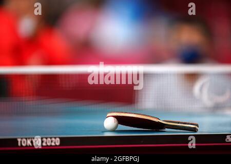 Un matto e una palla si riposano su un tavolo durante il Ping-pong al Tokyo Metropolitan Gymnasium il giorno uno dei Tokyo 2020 Paralympic Games in Giappone. Data foto: Mercoledì 25 agosto 2021.