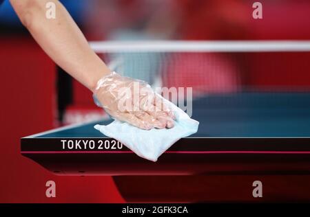 Tokyo 2020 Giochi Paralimpici - Ping-pong - Singoli - Classe 7 Gruppo e - Tokyo Metropolitan Gymnasium, Tokyo, Giappone - 26 agosto 2021. Un membro del personale disinfetta il tavolo prima della partita. REUTERS/Ivan Alvarado