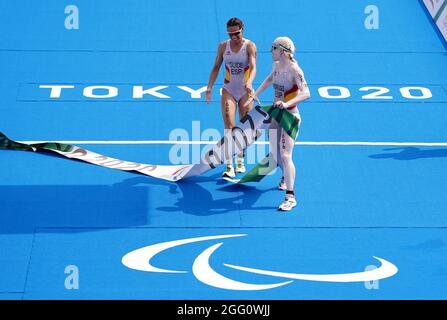 Susana Rodriguez e la guida spagnola Sara Loehr attraversano la linea per vincere l'oro nel Triathlon femminile PTVI al Parco Marino di Odaiba durante il quarto giorno dei Giochi Paralimpici di Tokyo 2020 in Giappone. Data foto: Sabato 28 agosto 2021.