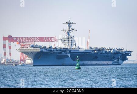 YOKOSUKA, Giappone (agosto 28, 2021) — il vettore aereo di classe Nimitz, USS Carl Vinson (CVN 70), naviga nella baia di Tokyo sulla strada per il comandante, attività della flotta Yokosuka per una visita al porto programmata. Carl Vinson, con domicilio a San Diego, California, e il Carrier Strike Group (CSG 1) che lo accompagna, sono in fase di implementazione rotazionale nell'area operativa della 7a flotta statunitense per migliorare l'interoperabilità con i partner e fungere da forza di risposta pronta a sostegno di una regione indopacifica libera e aperta. (STATI UNITI Foto Navy di Mass Communication Specialist 1a classe Ian)