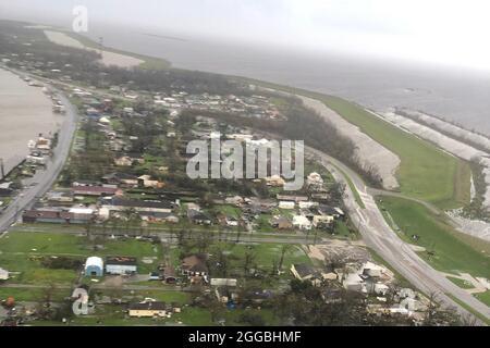 Galliano, Stati Uniti. 30 ago 2021. La Guardia Costiera degli Stati Uniti conduce gli uragani Ida dopo la tempesta sorvoli lungo la Costa del Golfo il 30 agosto 2020. Gli equipaggi hanno effettuato sorvoli nei pressi di Galliano, Louisiana, per valutare i danni e identificare i pericoli. Foto di U.S. Coast Guard/UPI Credit: UPI/Alamy Live News