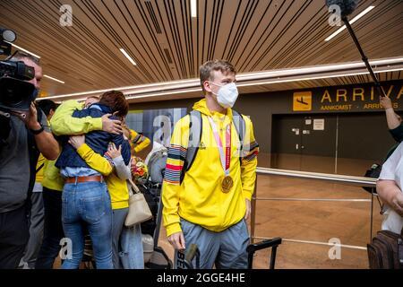 Il giocatore belga di ping-pong Laurens Devos e la sua medaglia raffigurata al ritorno di diversi atleti belgi, dopo i 'Tokyo 2020 Paralympic Games' in
