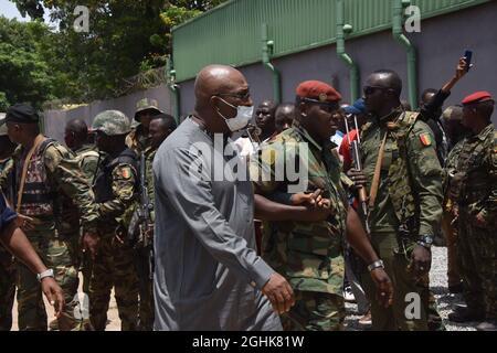 Conakry. 7 Settembre 2021. Un funzionario governativo scortato da membri delle forze speciali della Guinea si reca al Palazzo del popolo di Conakry, Guinea, 6 settembre 2021. Credit: Xinhua/Alamy Live News