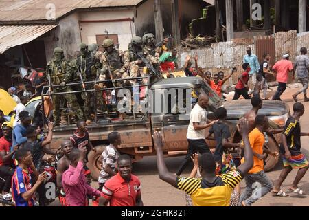 Conakry. 7 Settembre 2021. La gente è vista intorno ai membri delle forze speciali della Guinea a Conakry, Guinea, 6 settembre 2021. Credit: Xinhua/Alamy Live News