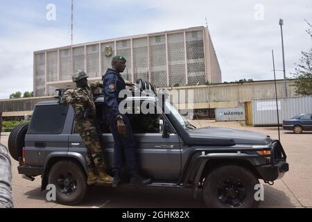 Conakry. 7 Settembre 2021. I membri delle forze speciali della Guinea sono visti fuori dal Palazzo del popolo a Conakry, Guinea, 6 settembre 2021. Credit: Xinhua/Alamy Live News