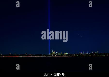 Vista sulla Lower Manhattan con il Tribute in Light, dalla Coney Island, Brooklyn alla vigilia del 20° anniversario del 9/11; Settembre 10, 20