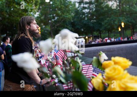New York, Stati Uniti. 11 Settembre 2021. Le persone piangono per le vittime al National September 11 Memorial & Museum a New York, Stati Uniti, 11 settembre 2021. Credit: Wang Ying/Xinhua/Alamy Live News