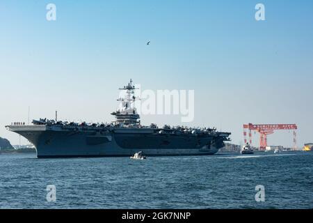 YOKOSUKA, Giappone (agosto 28, 2021) — il vettore aereo di classe Nimitz, USS Carl Vinson (CVN 70), naviga nella baia di Tokyo sulla strada per il comandante, attività della flotta Yokosuka per una visita al porto programmata. Carl Vinson, con domicilio a San Diego, California, e il Carrier Strike Group (CSG 1) che lo accompagna, sono in fase di implementazione rotazionale nell'area operativa della 7a flotta statunitense per migliorare l'interoperabilità con i partner e fungere da forza di risposta pronta a sostegno di una regione indopacifica libera e aperta.
