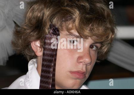 Un giovane uomo ci mostra come indossare la cravatta Foto Stock