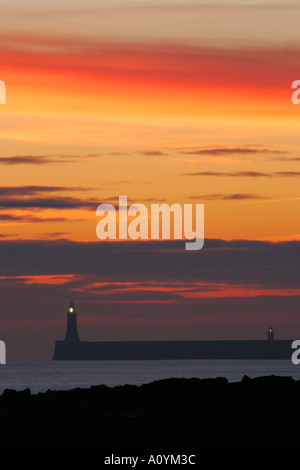 Inghilterra Tyne and Wear Cullercoats Sunrise guardando verso nord Tyne Pier faro in Tynemouth Foto Stock