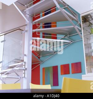 Scale di metallo in moderno appartamento Foto Stock