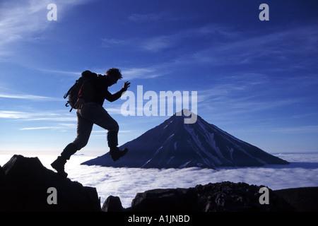 Vulcano trekking sulla penisola di Kamchatka in Estremo Oriente Russo Foto Stock